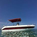 Bimini-Top Sport mit 4 Bögen in rot, montiert auf einem Sportboot mit Center Konsole