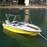 Sonnenverdeck Elegance mit 3 Bögen in schwarz, montiert auf einem Sportboot.