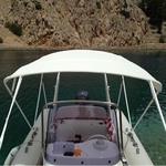 Bimini-Top Chic mit 4 Bögen in weiß, montiert auf einem Schlauchboot (Frontal)
