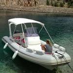 Bimini-Top Chic mit 4 Bögen in weiß, montiert auf einem Schlauchboot