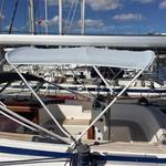 Sonnenverdeck Chic mit 3 Bögen in grau, montiert auf einem Segelboot.