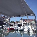 Sonnenverdeck Universal für Geräteträger in grau, montiert auf einerm Schlauchboot