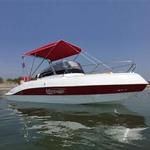 Bimini-Top Front Superior am Geräteträger in rot, montiert auf einem Sportboot