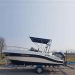 Bimini-Top Front Superior am Geräteträger in rot, montiert auf einem Sportboot (Profil)