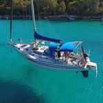 Bimini-Top Prestige am in Artic Blue, montiert auf einem Segelboot (offen)