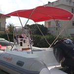 Bimini-Top Royal mit 3 Bögen in rot, montiert auf einem Schlauchboot