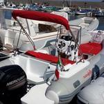 Sonnenverdeck Royal mit 3 Bögen in rot, montiert auf einem Schlauchboot (Heck).