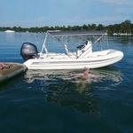 Bimini-Top Sport mit 4 Bögen in dunkelgrau, montiert auf einem Schlauchboot