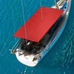Bimini-Top Cagnaro Steccato in rot, montiert auf einem Segelboot