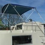 Bimini-Top Chic mit 4 Bögen in blau, montiert auf einer Flybridge