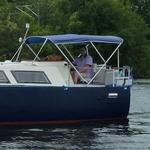 Bimini-Top Chic mit 3 Bögen in blau, montiert auf einem Kabinenboot