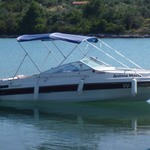Bimini-Top Chic mit 3 Bögen in blau, montiert auf einem Sportboot