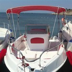 Bimini-Top Sport mit 4 Bögen in rot, montiert auf einem Boot mit Center Konsole (Frontal)
