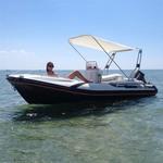 Bimini-Top Jolly in beige, montiert auf einem Schlauchboot