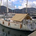 Bimini-Top Cagnaro in beige, montiert auf einem Segelboot