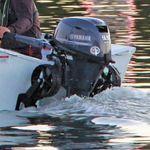 Railblaza C-TUG Schlauchbooträder / Dinghy Wheels an einem weißen Schlauchboot hochgeklappt