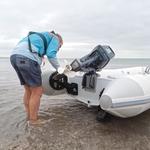 Railblaza C-TUG Schlauchbooträder / Dinghy Wheels an einem weißen Schlauchboot