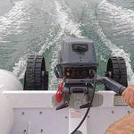 Railblaza C-TUG Schlauchbooträder / Dinghy Wheels an einem weißen Schlauchboot hochgeklappt während der Fahrt