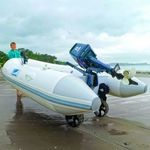 Railblaza C-TUG Schlauchbooträder / Dinghy Wheels an einem weißen Schlauchboot im Einsatz