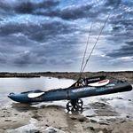 Railblaza C-TUG TRansportwagen / Slipwagen mit Sandrädern in seichtem Wasser gelagert