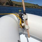 Railblaza CleatPort RIBMount in schwarz mit Rutenhalter an einem Schlauchboot