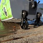 Railblaza C-TUG Schlauchbooträder / Dinghy Wheels an einem Aluminiumboot heruntergeklappt im Einsatz