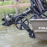 Railblaza C-TUG Schlauchbooträder / Dinghy Wheels an einem Aluminiumboot hochgeklappt