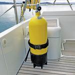 Railblaza Gas- und Tauchflaschenhalter montiert an einer Bordwand
