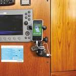 Railblaza Starporthalterung (E-Serie) mit USB Port in schwarz in Kombination mit Mobilgerätehalter