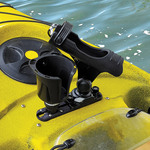 Railblaza Kayak Expanda Track montiert auf einem Kayak mit DrinkHolder und Rutenhalter