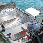 Railblaza Filetiertisch montiert an einem Gunwale mit Verlängerungen