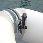 Railblaza iPS LED Zweifarben-Positionslicht an einem Schlauchboot mit CleatPort