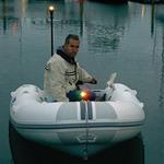 Railblaza iPS LED Zweifarben-Positionslicht an einem Schlauchboot Bug