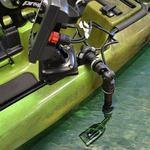 Railblaza Echolotgeber Halterungsset montiert an einem Angelkajak im Wasser