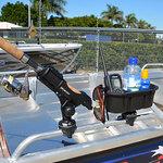 Railblaza StowPod Staubehälter montiert auf einer Reling