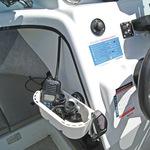 Railblaza StowPod Staubehälter montiert an einer Bordwand