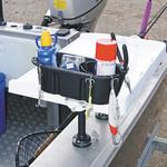 Railblaza StowPod Staubehälter montiert auf einem Filetiertisch