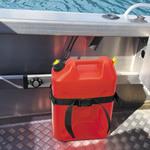 Railblaza Gas- und Tauchflaschenhalter mit einem Benzinkanister