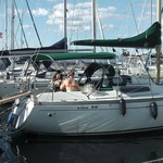 Bimini-Top Sport mit 3 Bögen in grün, montiert auf einem Segelboot