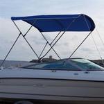 Bimini-Top Sport mit 3 Bögen in blau, montiert auf einem Sportboot