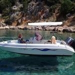 Bimini-Top Sport mit 3 Bögen in weiß, montiert auf einem Boot mit Center-Konsole