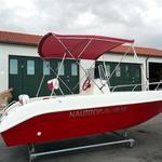 Bimini-Top Sport mit 3 Bögen in rot, montiert auf einem Boot mit Center-Konsole